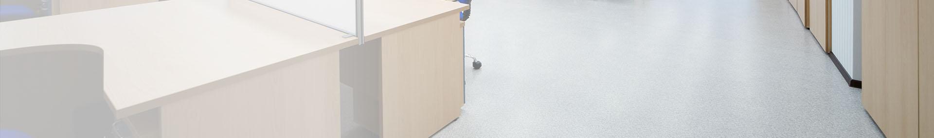 biurko na podłodze